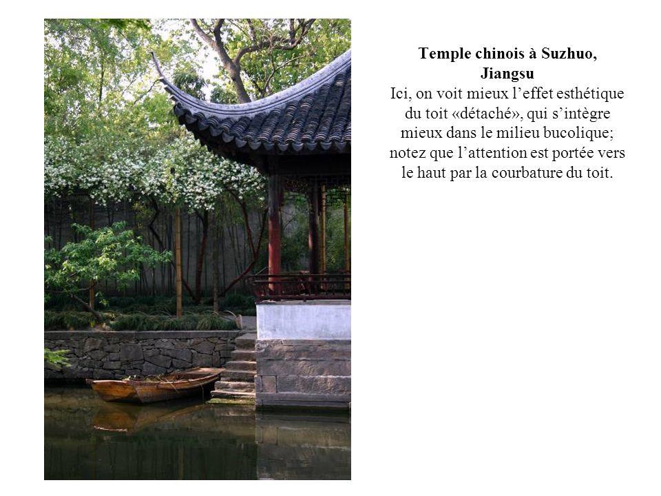 Temple chinois à Suzhuo, Jiangsu Ici, on voit mieux leffet esthétique du toit «détaché», qui sintègre mieux dans le milieu bucolique; notez que latten