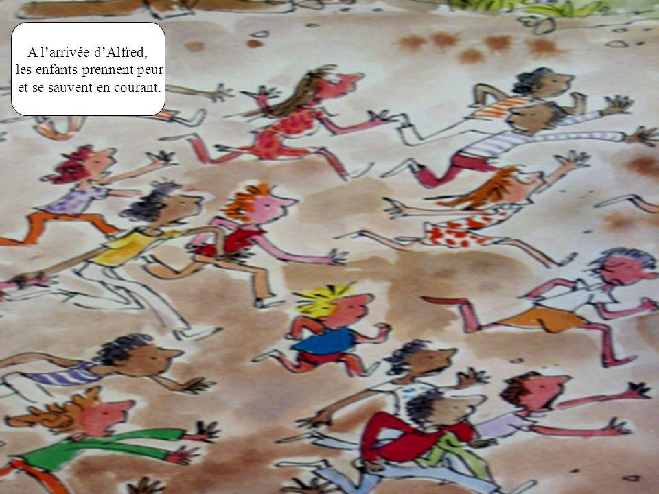 A larrivée dAlfred, les enfants prennent peur et se sauvent en courant.