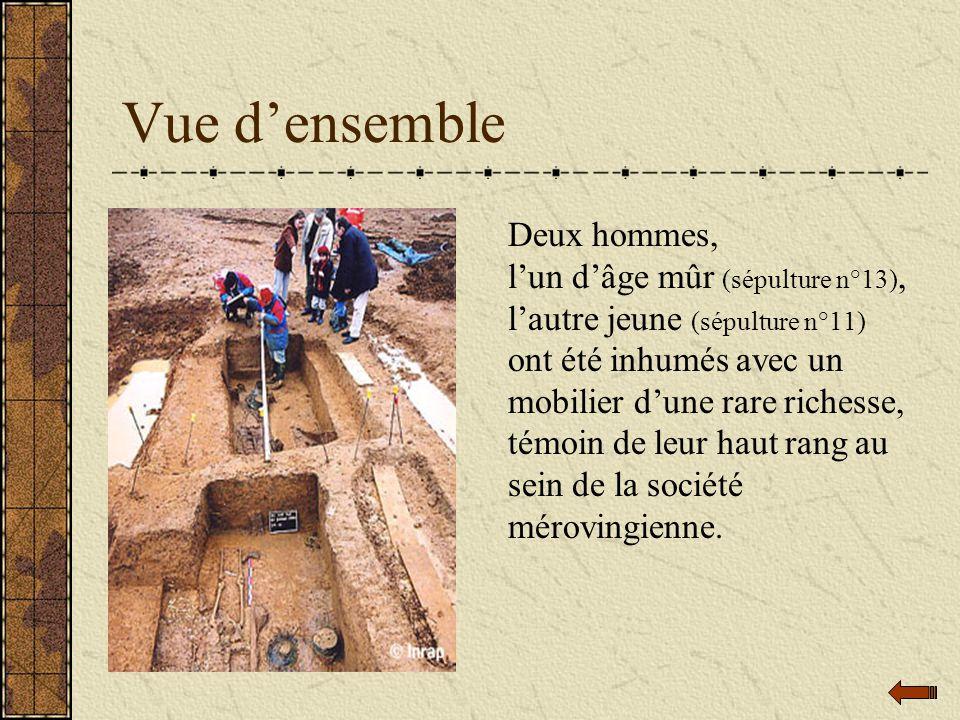 Vue densemble Deux hommes, lun dâge mûr (sépulture n°13), lautre jeune (sépulture n°11) ont été inhumés avec un mobilier dune rare richesse, témoin de leur haut rang au sein de la société mérovingienne.