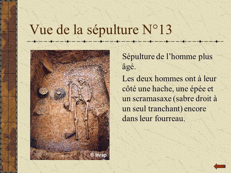 Vue de la sépulture N°13 Sépulture de lhomme plus âgé. Les deux hommes ont à leur côté une hache, une épée et un scramasaxe (sabre droit à un seul tra