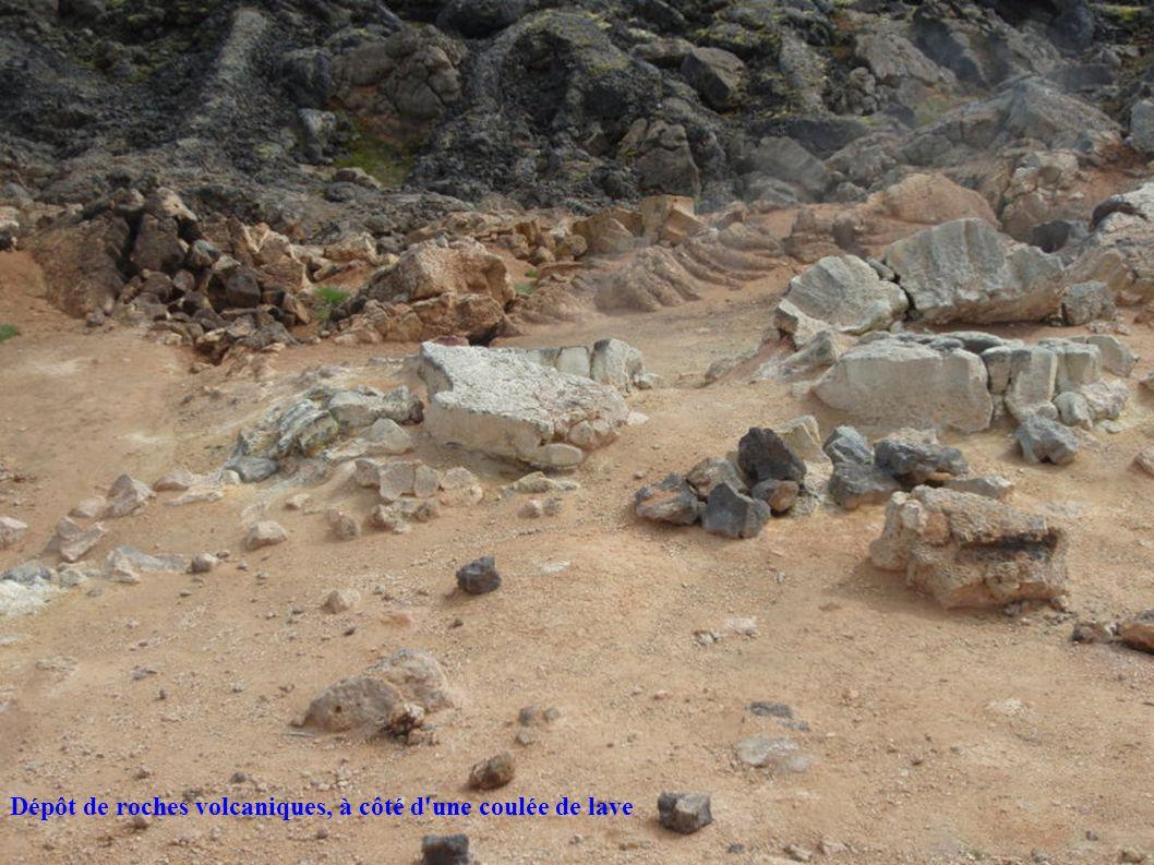 Dépôt de roches volcaniques, à côté d'une coulée de lave