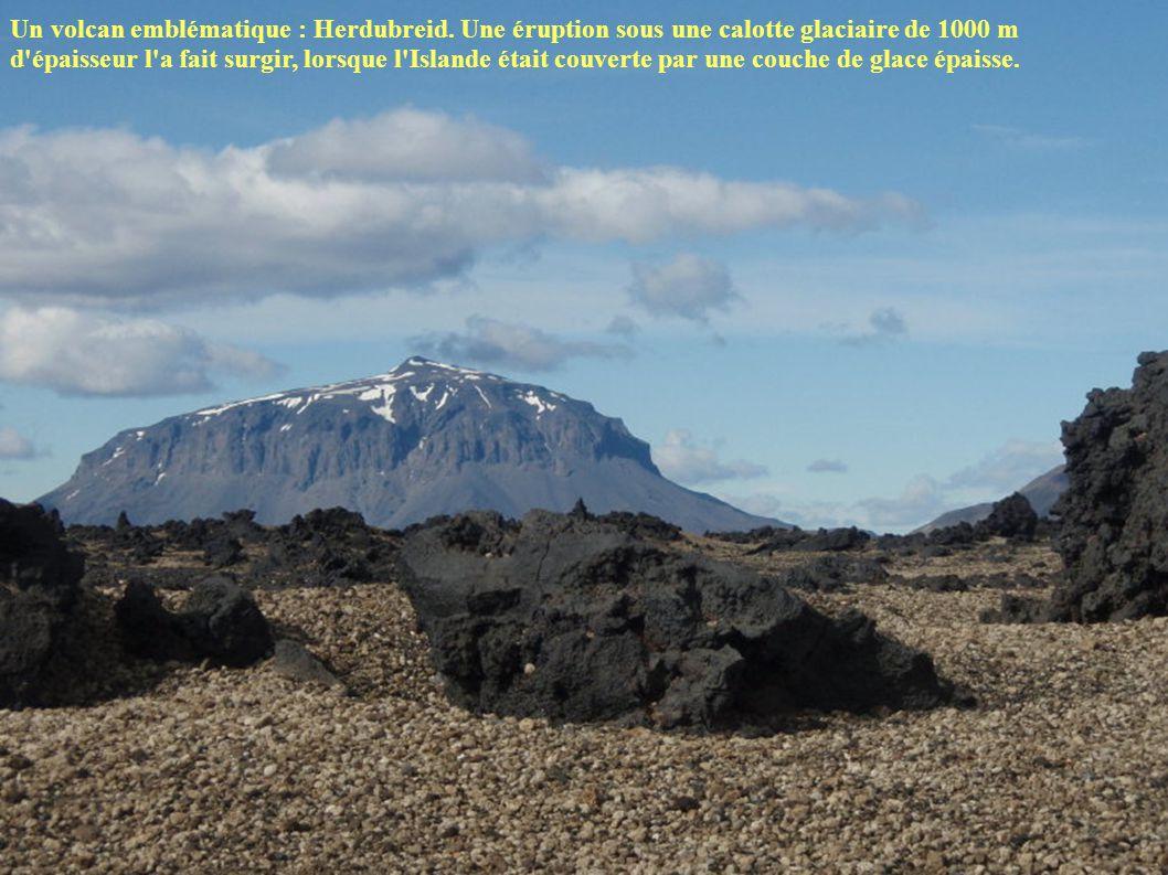 Un volcan emblématique : Herdubreid. Une éruption sous une calotte glaciaire de 1000 m d'épaisseur l'a fait surgir, lorsque l'Islande était couverte p