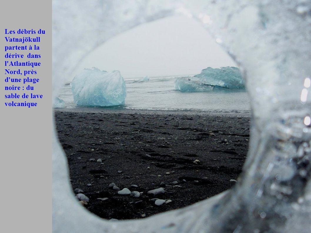 Les débris du Vatnajökull partent à la dérive dans l'Atlantique Nord, près d'une plage noire : du sable de lave volcanique
