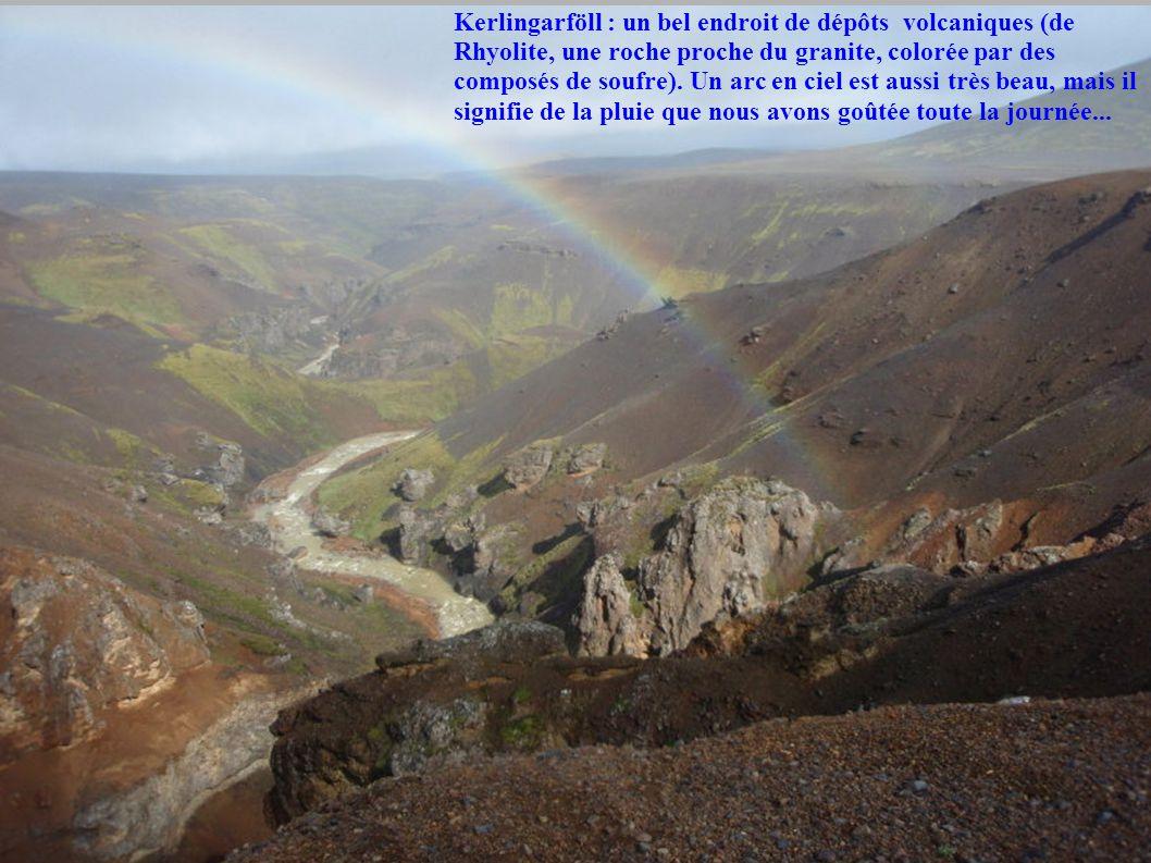 Kerlingarföll : un bel endroit de dépôts volcaniques (de Rhyolite, une roche proche du granite, colorée par des composés de soufre). Un arc en ciel es