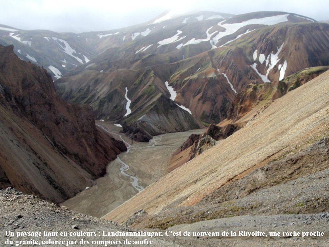 Un paysage haut en couleurs : Landmannalaugar. C'est de nouveau de la Rhyolite, une roche proche du granite, colorée par des composés de soufre