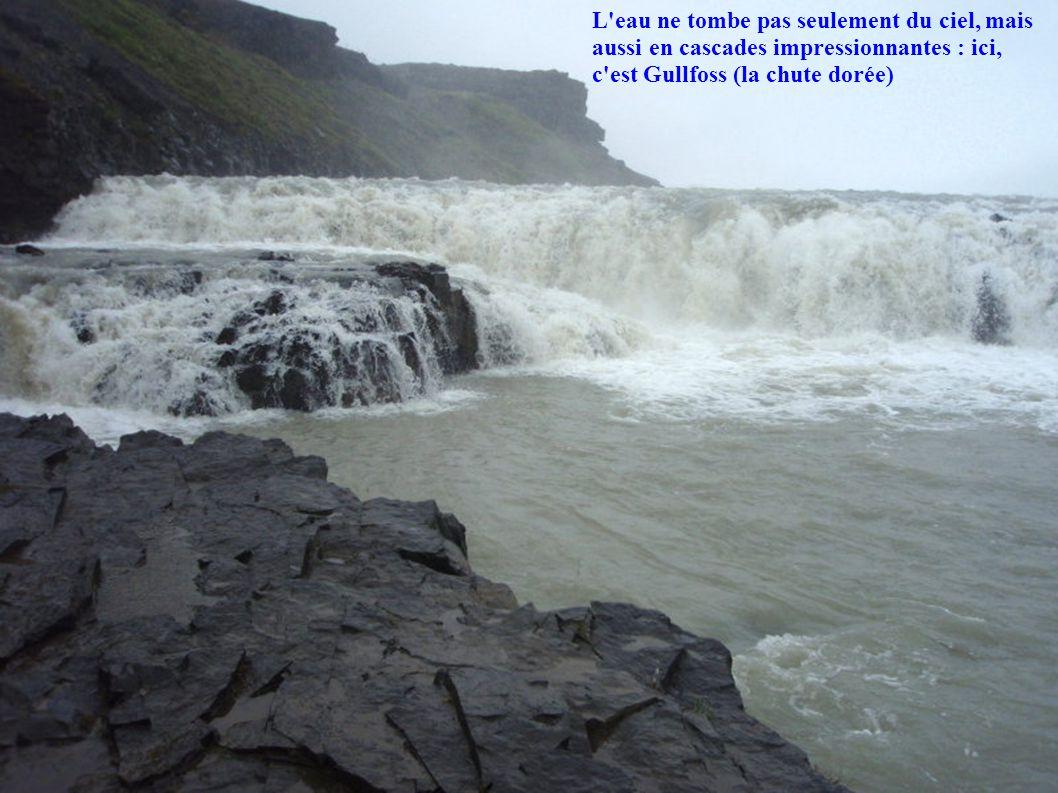 L'eau ne tombe pas seulement du ciel, mais aussi en cascades impressionnantes : ici, c'est Gullfoss (la chute dorée)
