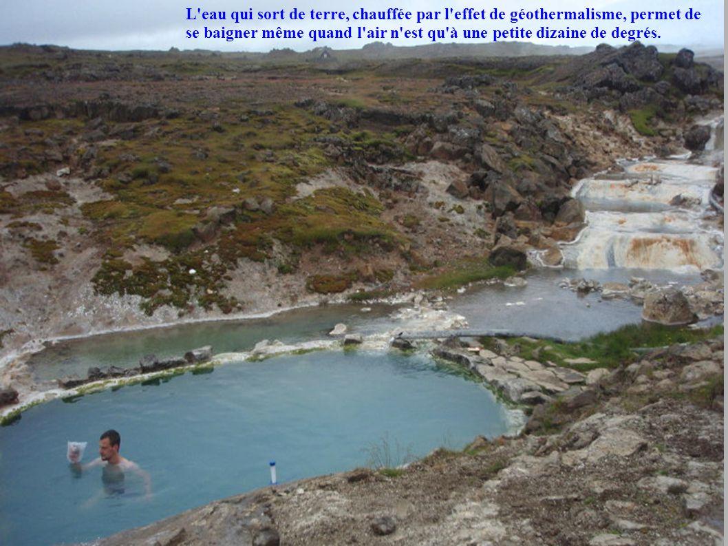 L'eau qui sort de terre, chauffée par l'effet de géothermalisme, permet de se baigner même quand l'air n'est qu'à une petite dizaine de degrés.