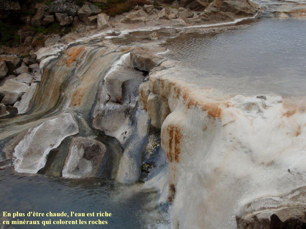 En plus d'être chaude, l'eau est riche en minéraux qui colorent les roches