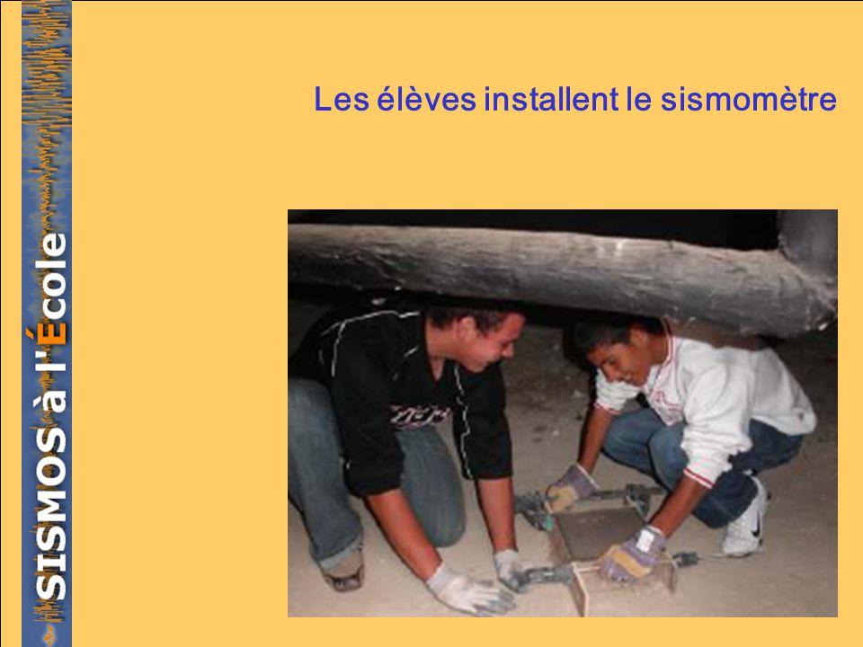 Les élèves installent le sismomètre