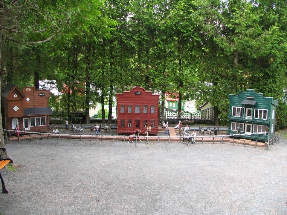 Tout ce petit village est construit de matériaux quil recycle.