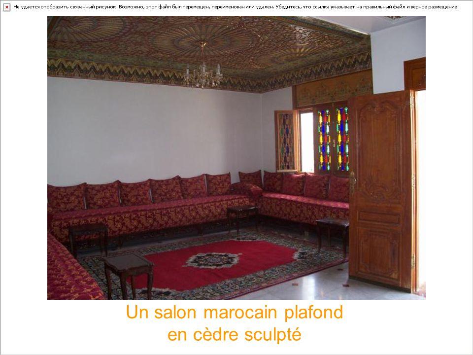 Un salon marocain plafond en cèdre sculpté