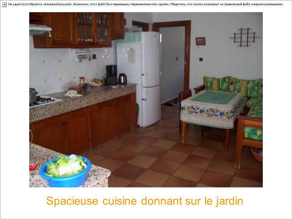 Spacieuse cuisine donnant sur le jardin