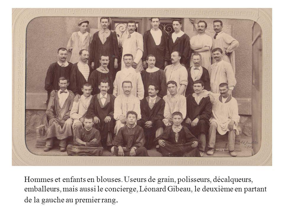 Hommes et enfants en blouses. Useurs de grain, polisseurs, décalqueurs, emballeurs, mais aussi le concierge, Léonard Gibeau, le deuxième en partant de