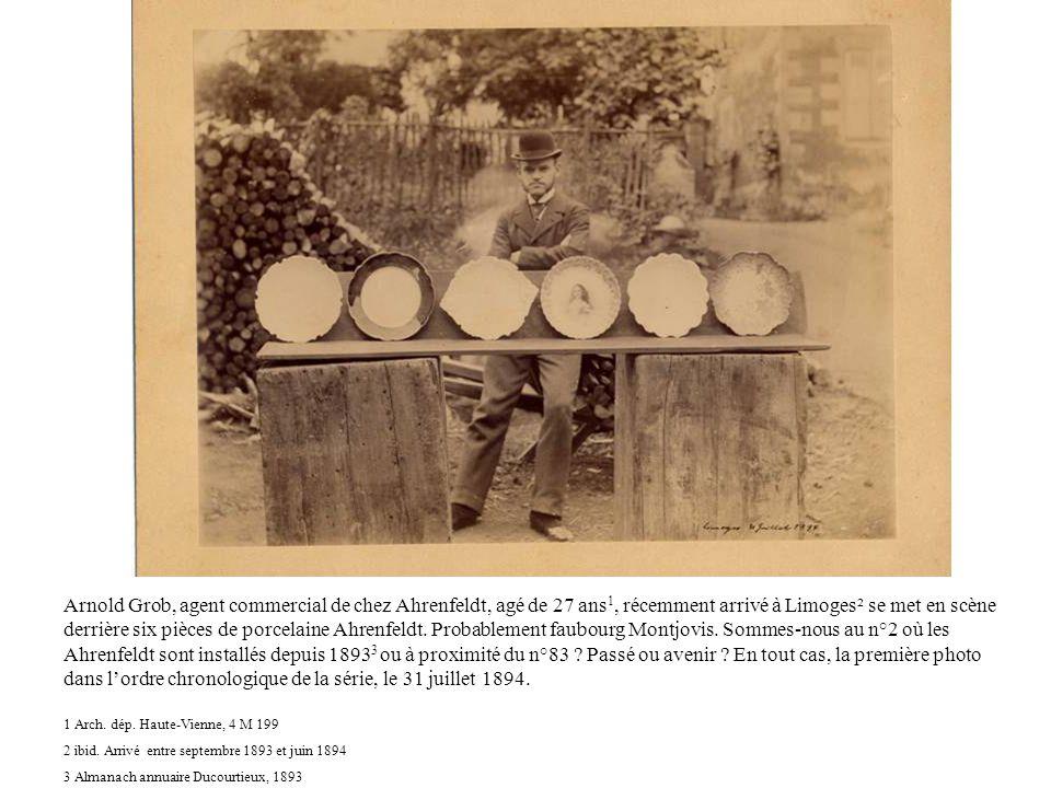 Arnold Grob, agent commercial de chez Ahrenfeldt, agé de 27 ans 1, récemment arrivé à Limoges² se met en scène derrière six pièces de porcelaine Ahren