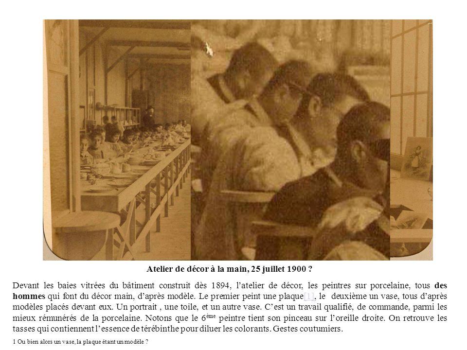 Atelier de décor à la main, 25 juillet 1900 ? Devant les baies vitrées du bâtiment construit dès 1894, latelier de décor, les peintres sur porcelaine,