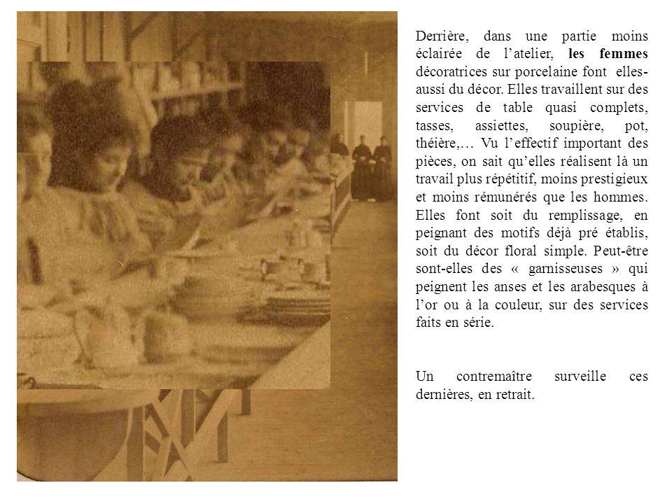 Derrière, dans une partie moins éclairée de latelier, les femmes décoratrices sur porcelaine font elles- aussi du décor. Elles travaillent sur des ser