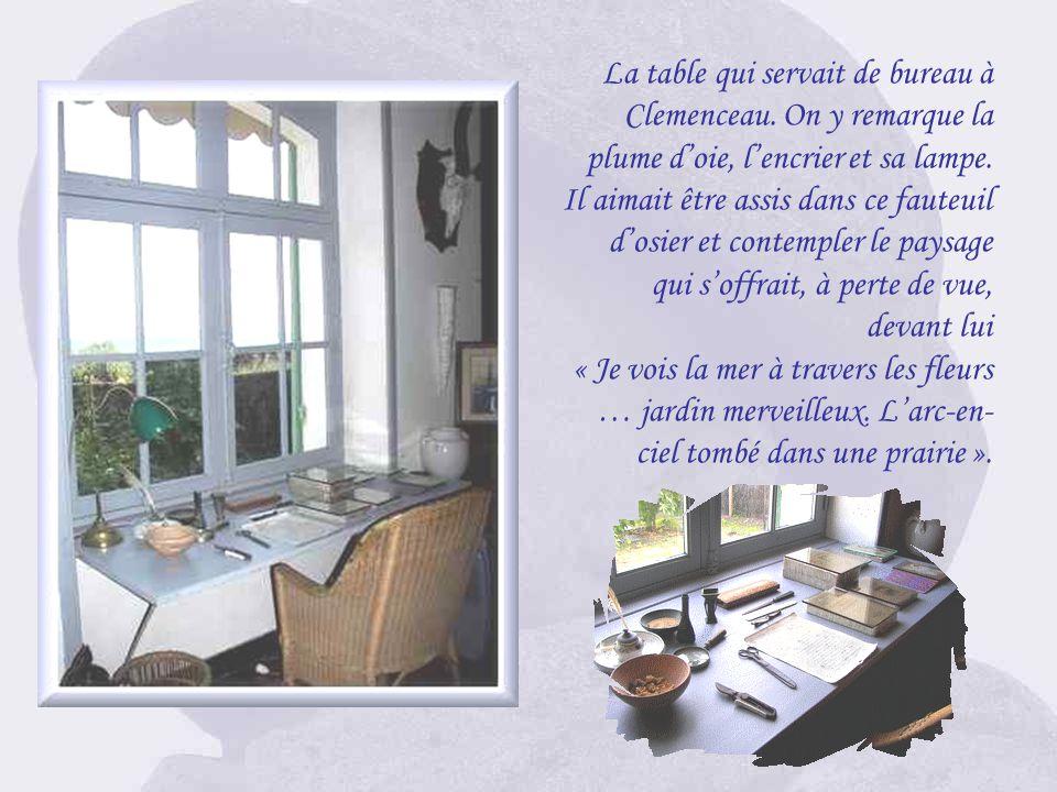 Le salon Au sol, un tapis marocain offert au Père la victoire par le Maréchal Lyautey. Au premier-plan, une chaise pliante persane. Sur les murs, de n