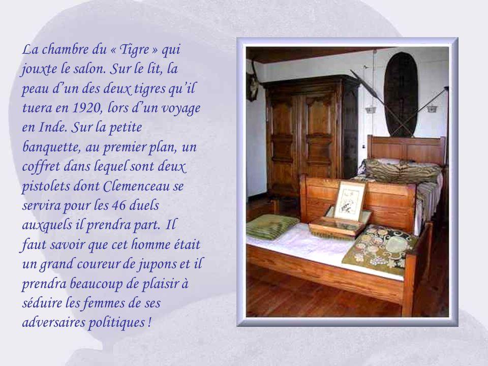 La table qui servait de bureau à Clemenceau. On y remarque la plume doie, lencrier et sa lampe. Il aimait être assis dans ce fauteuil dosier et contem