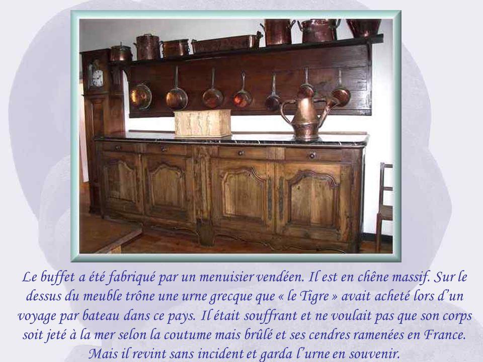 La place de Clemenceau en bout de table à gauche