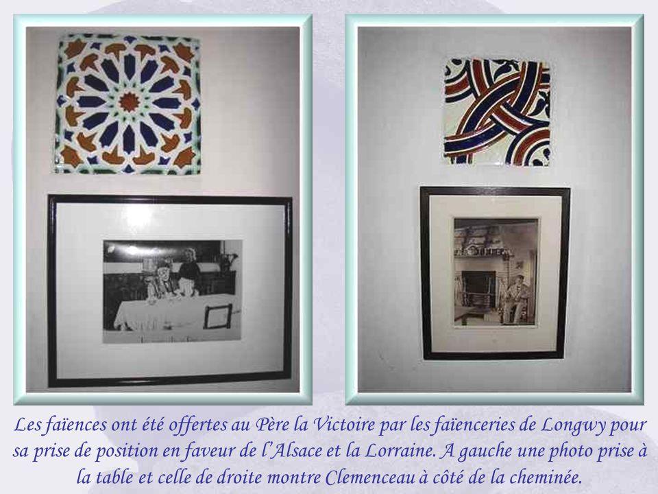 La cheminée de la salle dans laquelle Clemenceau prenait ses repas. Il aimait sasseoir dans le fauteuil contre celle-ci en attendant lheure. Au-dessus
