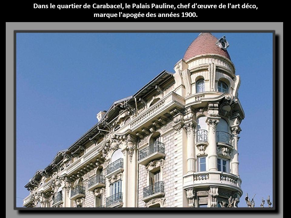 Cette imposante demeure de 300 chambres, face au casino de Beaulieu, mêle Renaissance italienne, classicisme français et style Napoléon III.