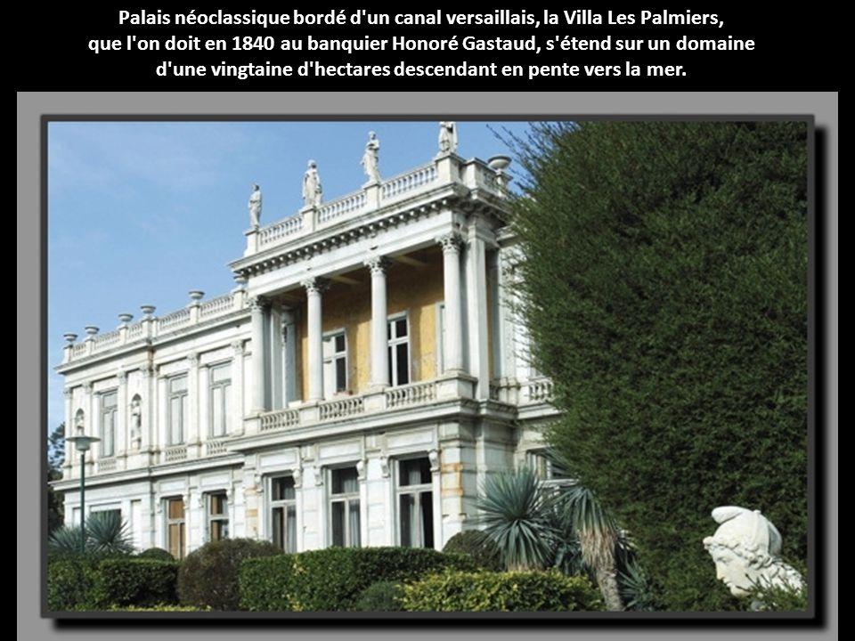 Palais néoclassique bordé d un canal versaillais, la Villa Les Palmiers, que l on doit en 1840 au banquier Honoré Gastaud, s étend sur un domaine d une vingtaine d hectares descendant en pente vers la mer.