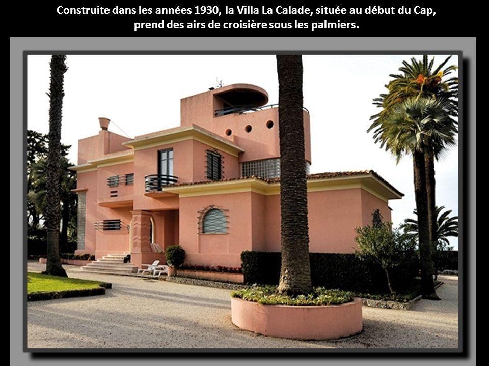 Construite dans les années 1930, la Villa La Calade, située au début du Cap, prend des airs de croisière sous les palmiers.