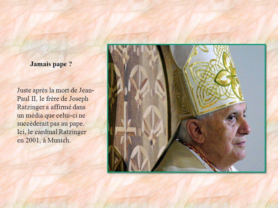 Auprès de Jean-Paul II Pendant de nombreuses années, le cardinal Joseph Ratzinger, ici au second plan, a rencontré régulièrement le pape Jean-Paul II, plusieurs fois par semaine sur certaines périodes.