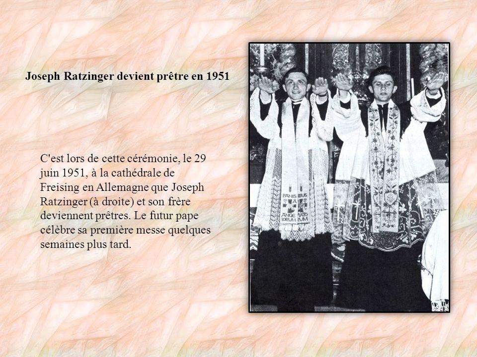 Joseph Ratzinger et son frère Ce cliché montre Joseph Ratzinger (à droite), futur Benoît XVI, en compagnie de son grand frère Georg.