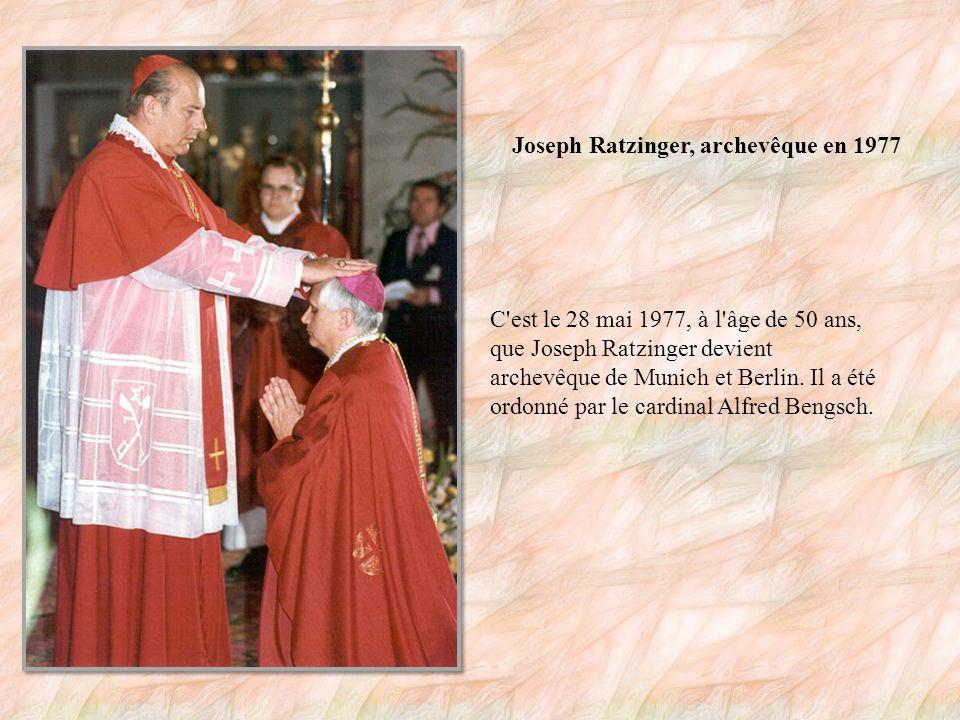 Joseph Ratzinger devient prêtre en 1951 C est lors de cette cérémonie, le 29 juin 1951, à la cathédrale de Freising en Allemagne que Joseph Ratzinger (à droite) et son frère deviennent prêtres.