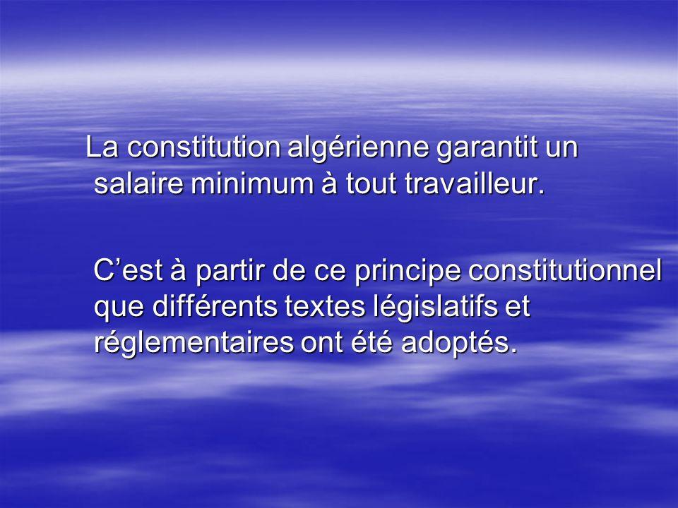 La constitution algérienne garantit un salaire minimum à tout travailleur. La constitution algérienne garantit un salaire minimum à tout travailleur.