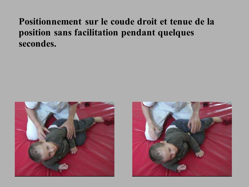 15 Positionnement sur le coude droit et tenue de la position sans facilitation pendant quelques secondes.