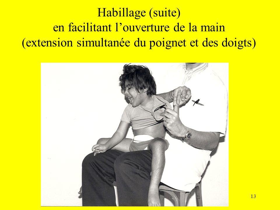 Habillage (suite) en facilitant louverture de la main (extension simultanée du poignet et des doigts) 13