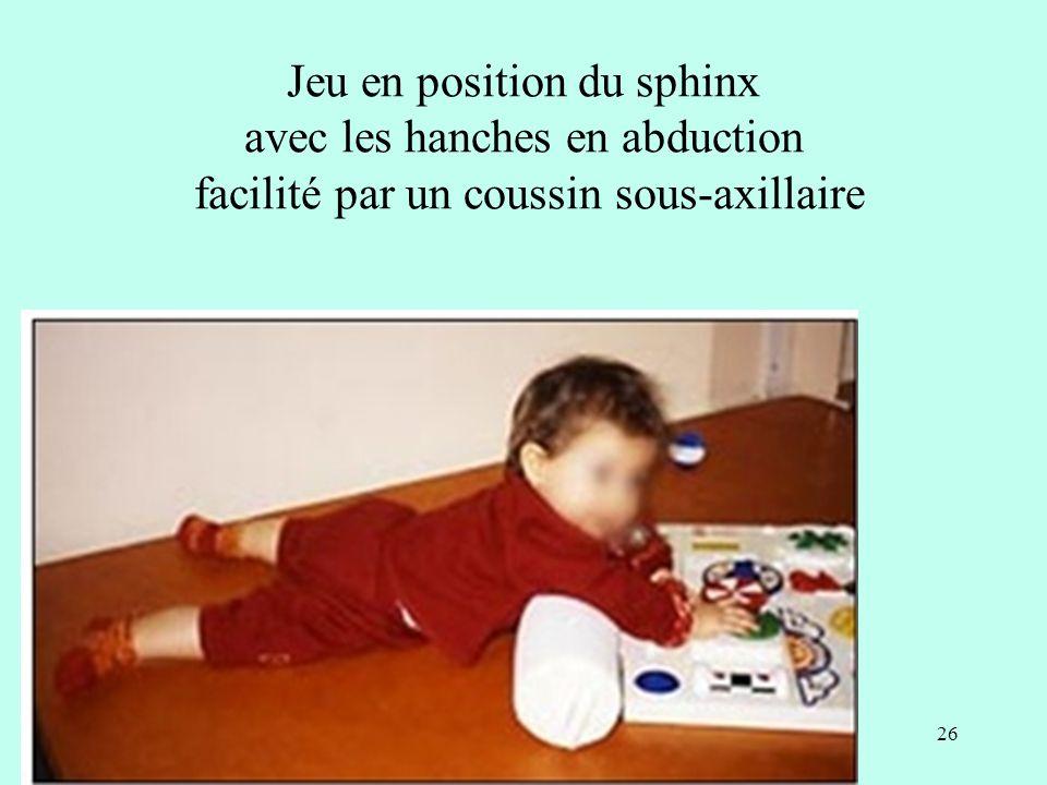 Jeu en position du sphinx avec les hanches en abduction facilité par un coussin sous-axillaire 26