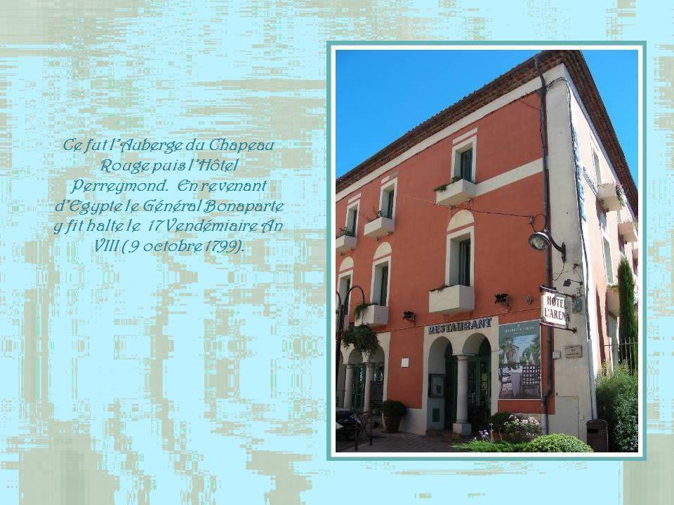 Lhôtel des Quatre Saisons,fut, au XVIIIe siècle, la résidence du lieutenant de lAmirauté de Fréjus. Le Pape Pie VII y logea dans la nuit du 6 au 7 aoû