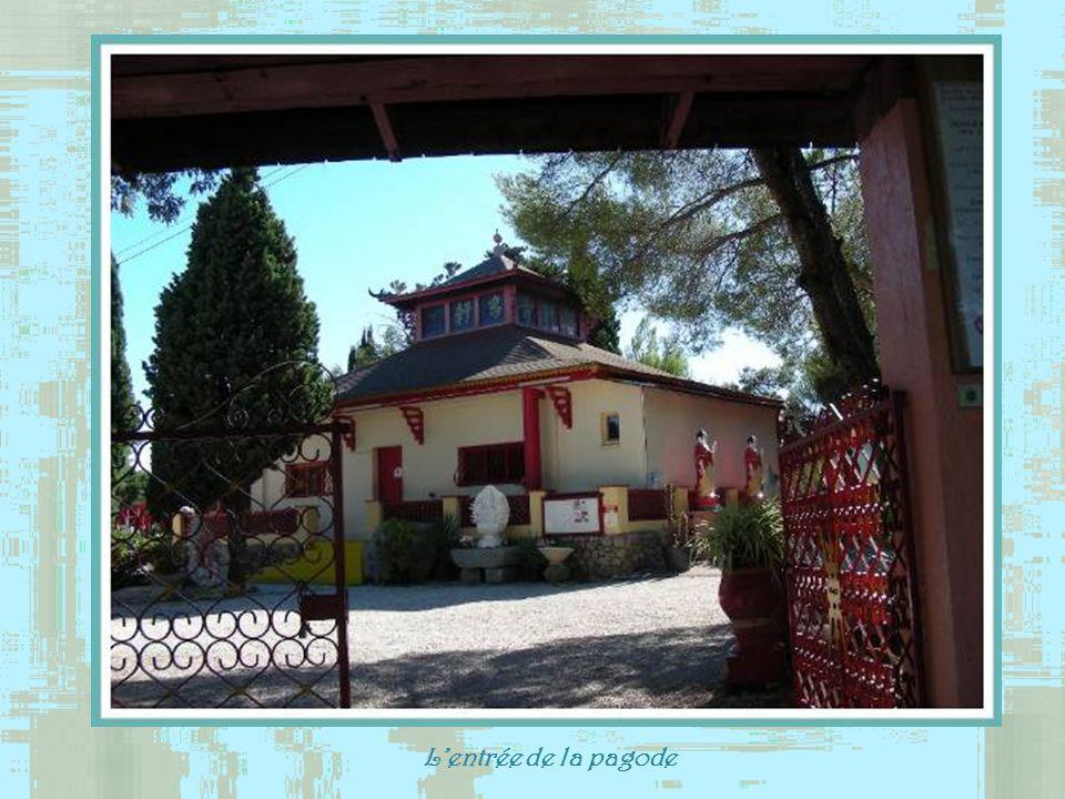 Un peu à lécart de la ville on retrouve à Fréjus trois sites de culte très différents.