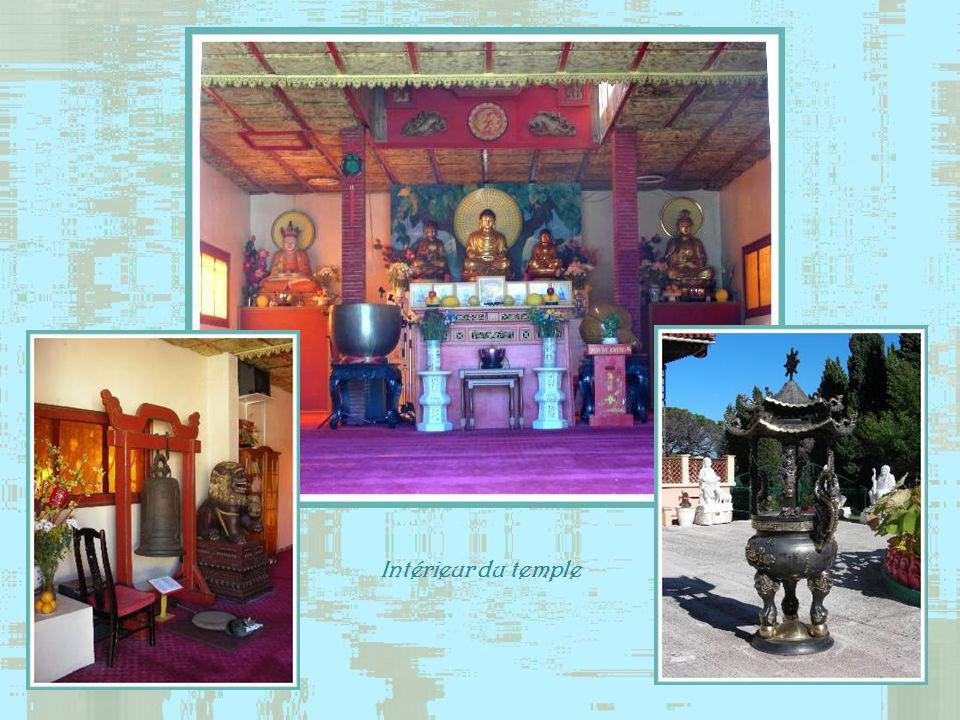 Un nombre imposant de bouddhas en marbre blanc encadre une cour carrée face au temple.