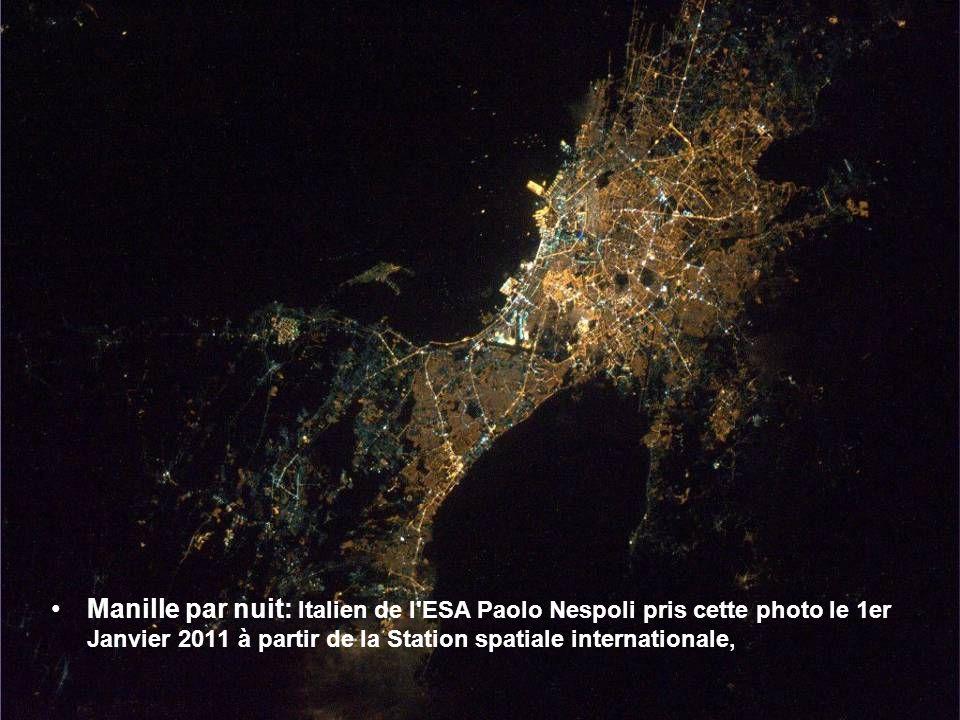 Naples et le Vésuve, l'un des trois grands volcans actifs en Italie, à la veille de Noël 2010