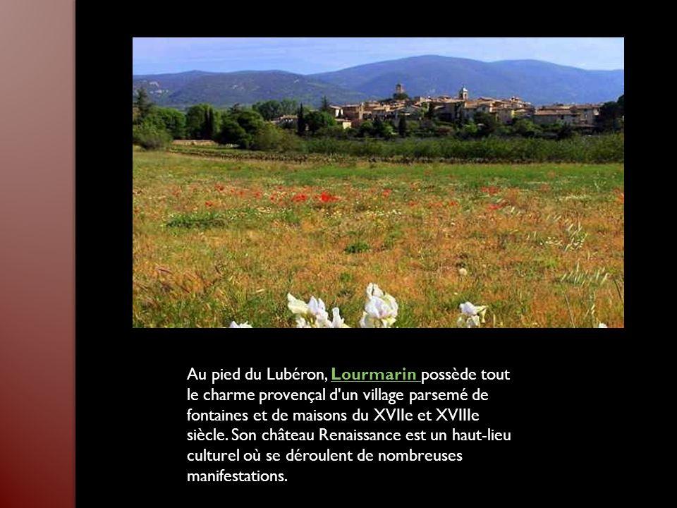 Au pied du Lubéron, Lourmarin possède tout le charme provençal d un village parsemé de fontaines et de maisons du XVIIe et XVIIIe siècle.
