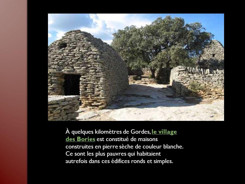 Au cœur du Lubéron, Ménerbes a conservé de nombreux témoignages de son passé historique. Haut lieu de la vigne et de la truffe, la Maison de la truffe