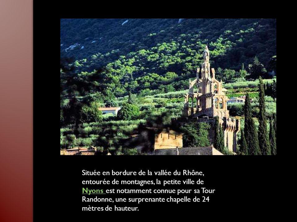 Tout près des Baux-de-Provence, le Val d'Enfer offre un contraste saisissant entre le vert intense de la végétation, le bleu du ciel provençal et le b