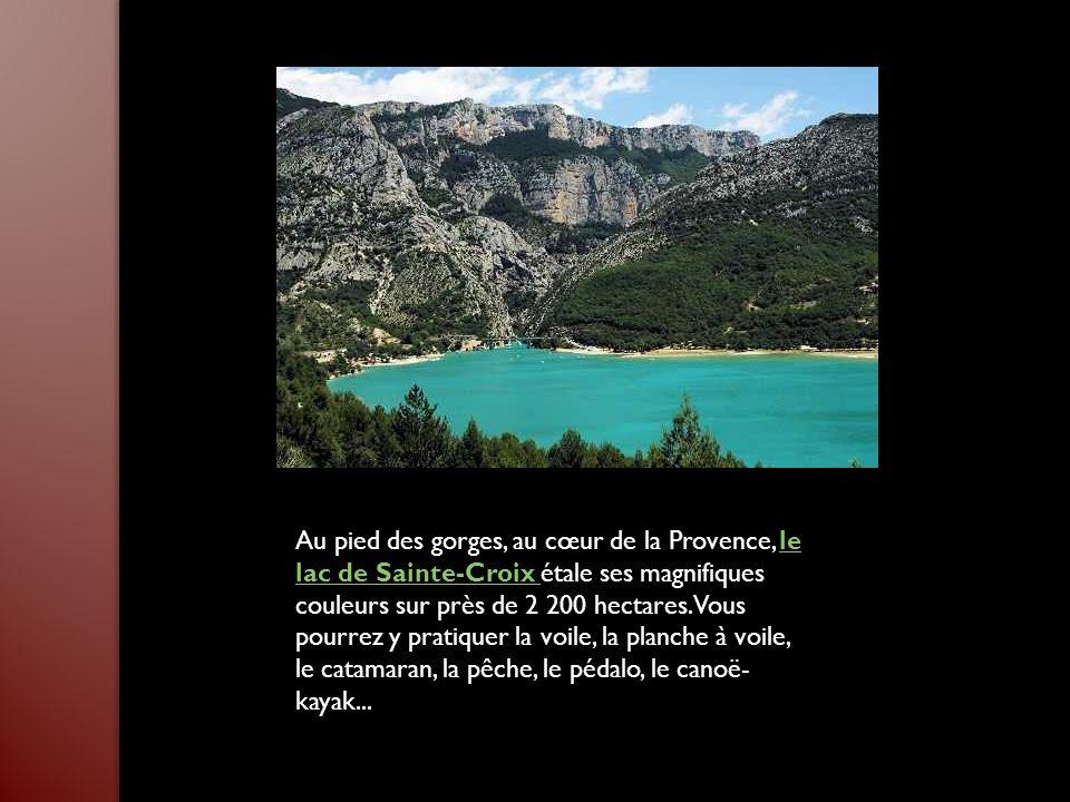 Ce massif rocheux d'une vingtaine de kilomètres s'étend de Marseille à Cassis. Les Calanques se découvrent à pied ou en bateau, à votre convenance. De