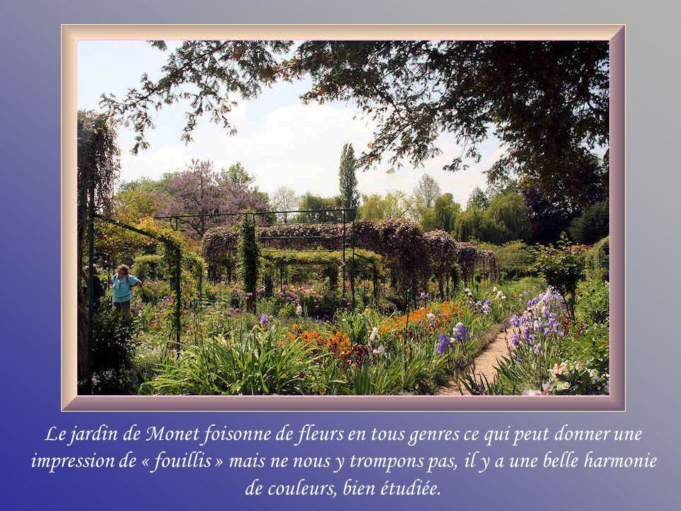 Cette allée débouche devant lentrée principale de la maison de Monet.