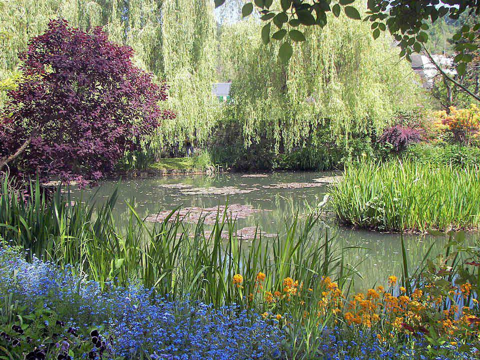 La passion de Claude Monet pour le Japon et ses artistes lui fit construire un pont japonais pour traverser le bassin des nymphéas. Il fut plusieurs f