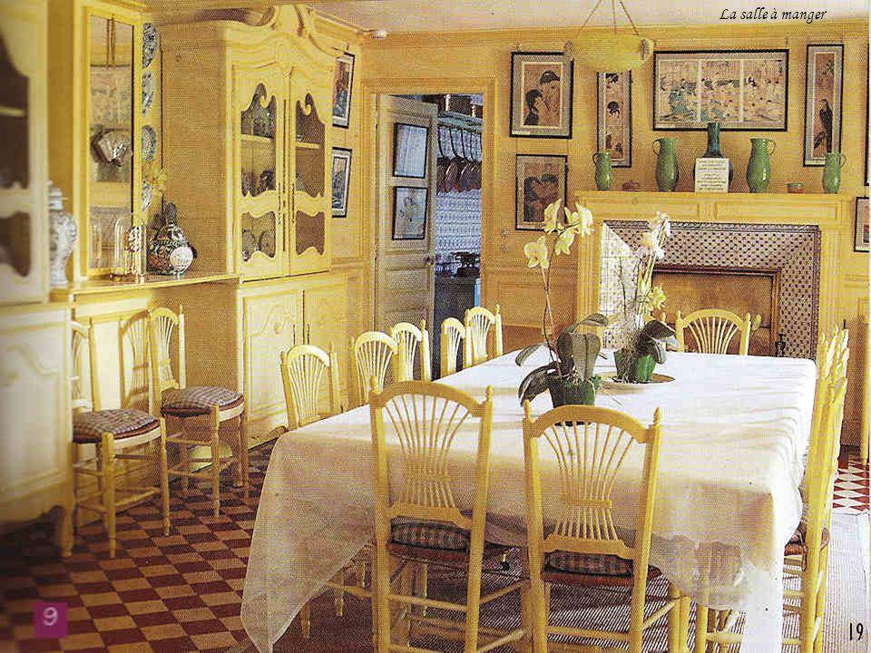Le salon bleu est un petit salon de lecture. Les meubles, tous authentiques, ont été restaurés et remis dans les teintes dorigine. Les estampes japona