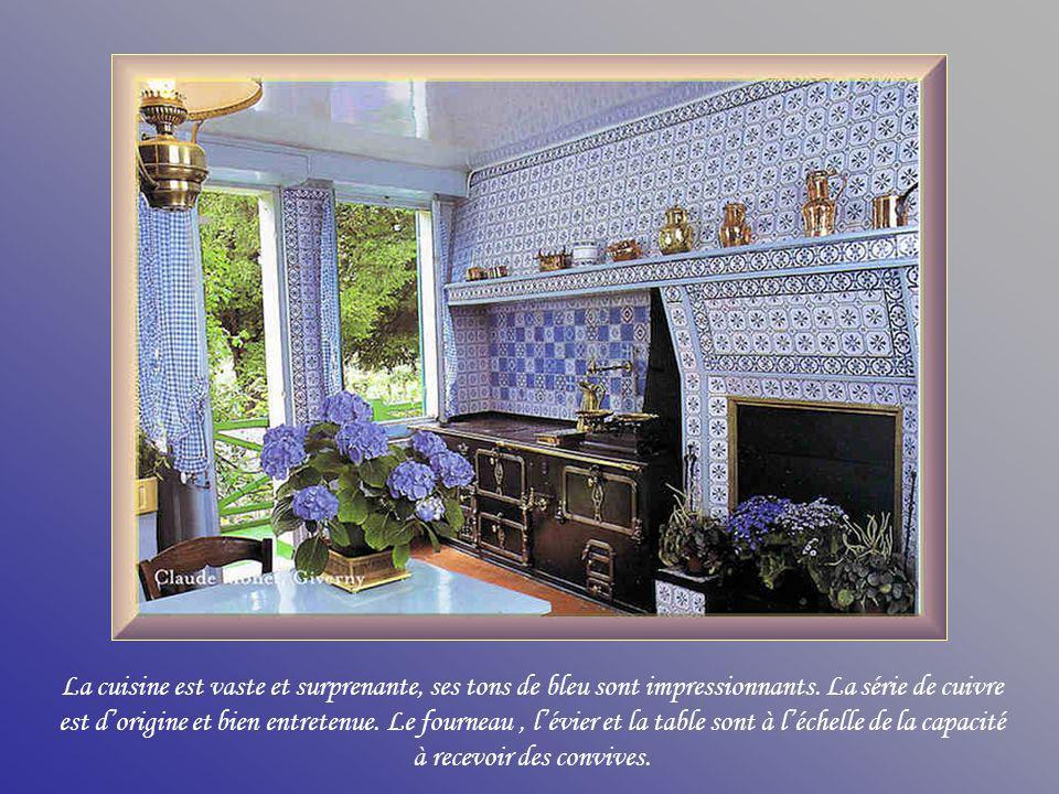 La cuisine est vaste et surprenante, ses tons de bleu sont impressionnants.