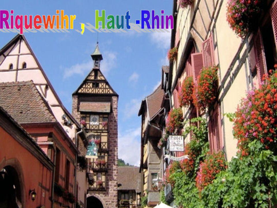 Roussillon, Vaucluse tient sa particularité de son emplacement au cœur du plus grand gisement d'ocre du monde.