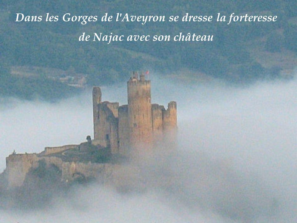 La Couvertoirade, Aveyron perché sur le plateau du Larzac.