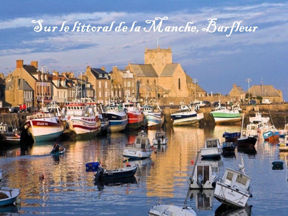 Castelnou se découvre dans un cadre magnifique. Dominé par un château du Xe siècle, le village des Pyrénées-Orientales