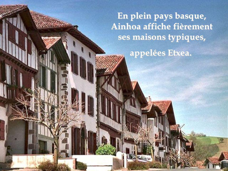 Gordes, Vaucluse, Son architecture typiquement provençale a notamment été célébrée par les artistes Marc Chagall et Victor Vasarely.